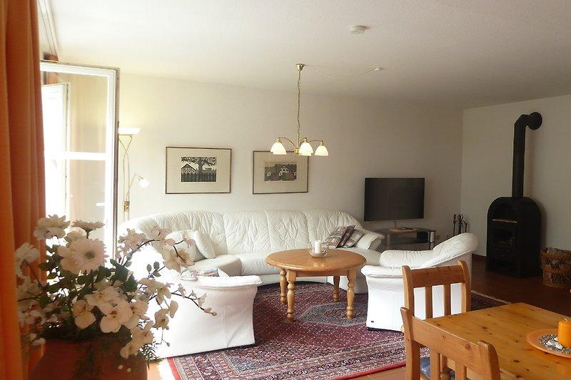 Wohn-Essbereich mit Fernseher, Stereo- u.DVD-Anlage; der Kaminofen sorgt für gemütliche Stunden.