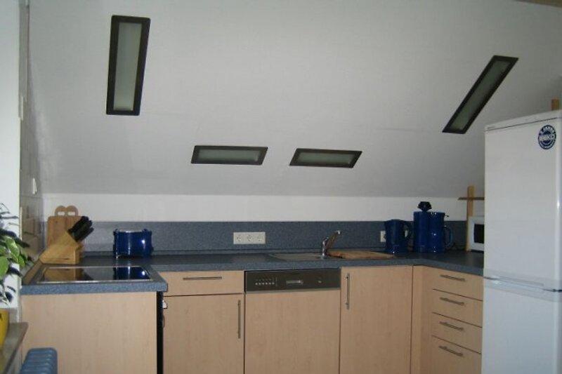 Küche mit großem Tisch und 6 Stühlen
