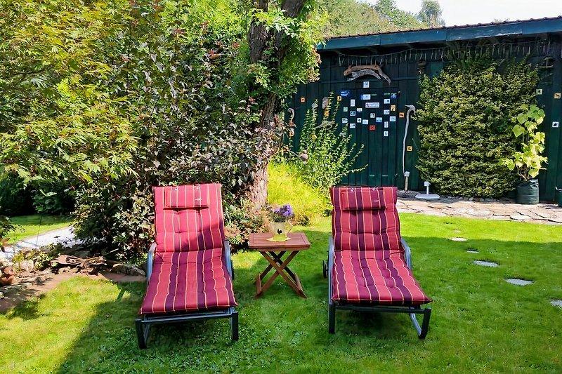 Relax-Liegen auf der oberen Garten-Terrasse - der perfekte Ort zum Ausspannen