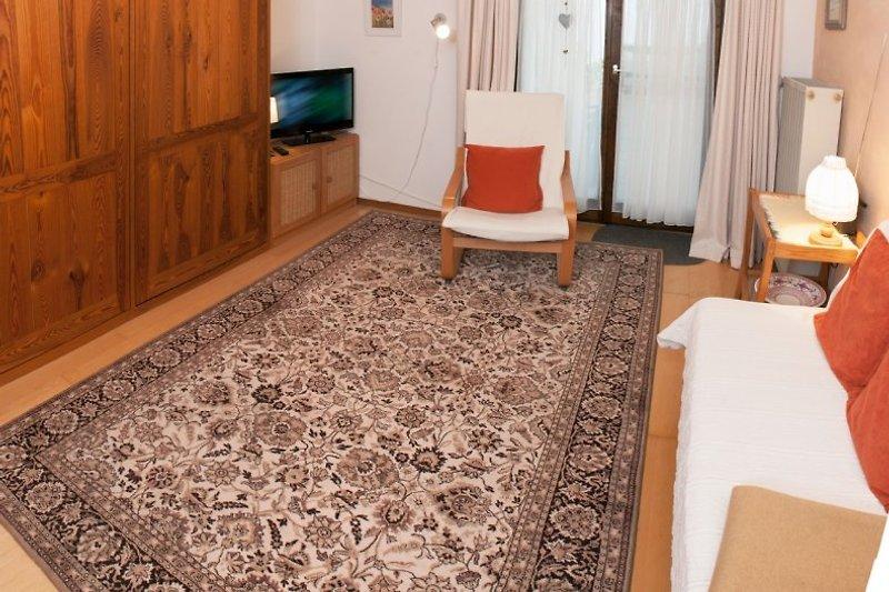 Wohnzimmer mit Sitzgelegenheiten und TV