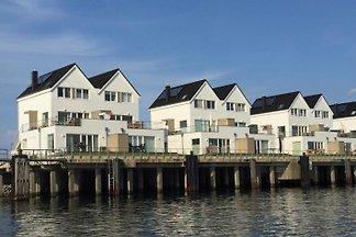 Mehr Wasserblick ist kaum noch möglich - Panoramablick auf Hafen und Schlei, und nur 5 m nach vorne und 15 m nach hinten zum Wasser: Exclusive Ferienwohnung für 2-6 Personen