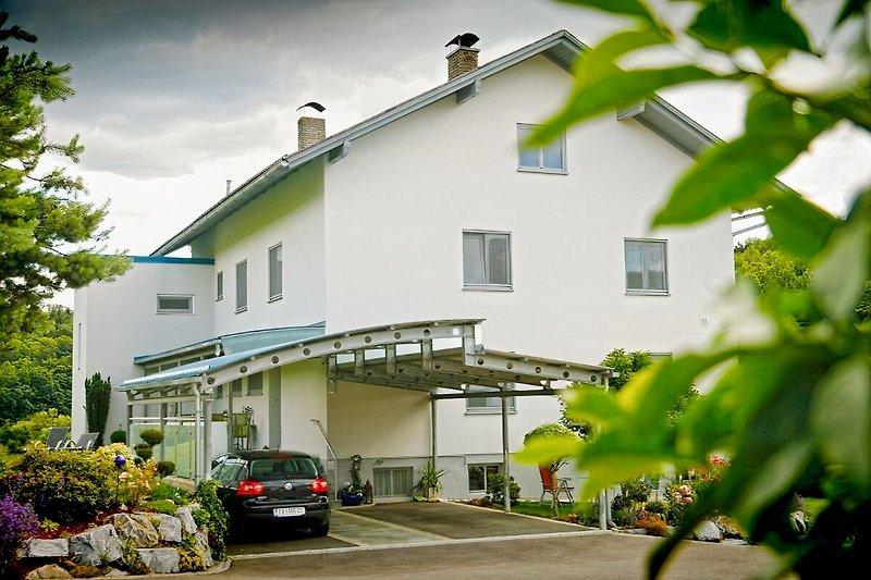 Haus Steinfeld mit überdachtem Autostellplatz für Gäste