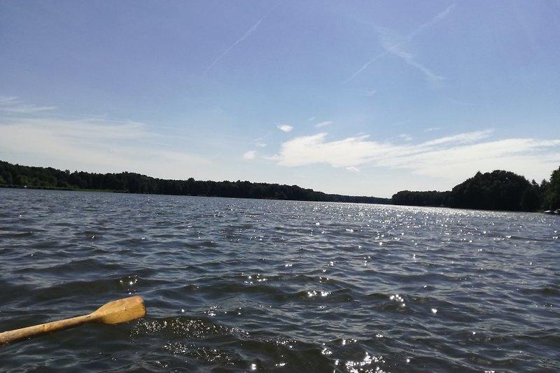 Auf dem See mit Boot