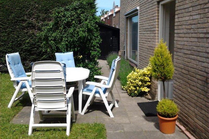 Garten mit eigene Parkplatz und Schuppe mit 2 Fahrrader