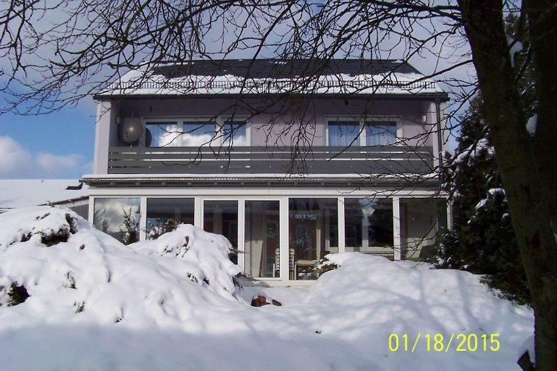 Südseite mit Balkon im Winter