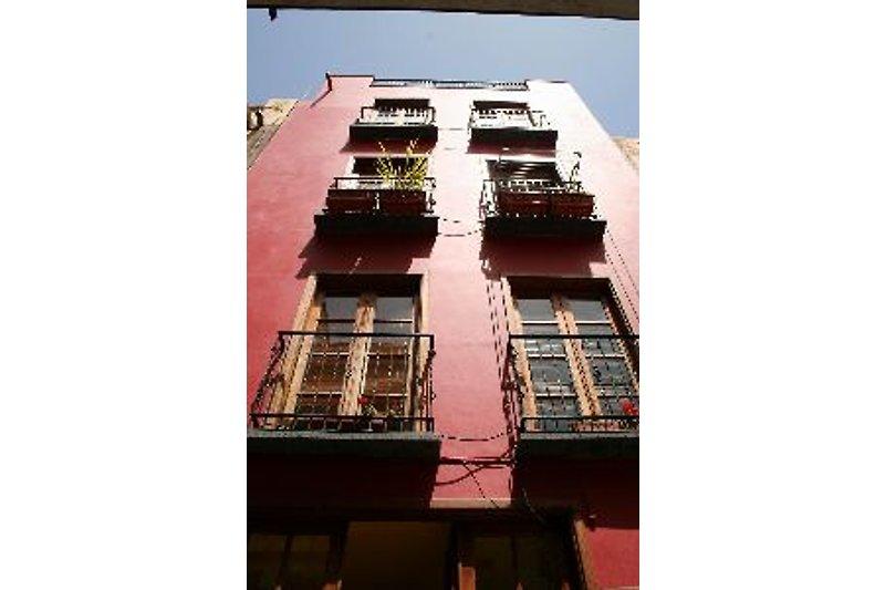 In der Calle Trasere 5 in den oberen beiden Etagen befindet sich die