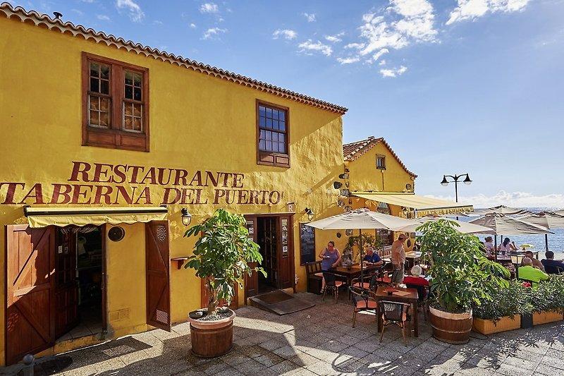 In der oberen Etage dieses restaurieren Gebäudes an der Plaza Castilla 1 befindet sich die stilvolle Ferienwohnung