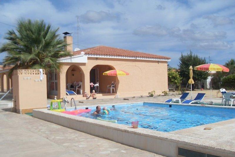 Pool und Haupthaus