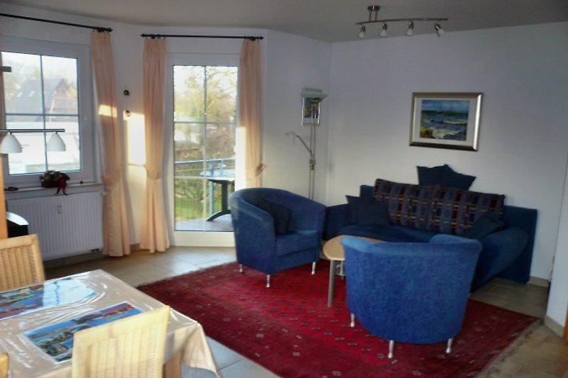 Wohnbereich mit Balkonzugang, Balkon mit Gartenmöbeln